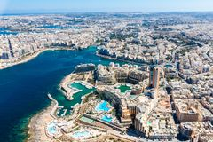 马耳他鸟瞰图 r Portomaso企业塔摩天大楼在Paceville区 免版税库存照片