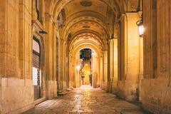 马耳他,瓦莱塔 装饰的拱道在市中心在晚上 库存图片