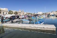 马耳他的Marsaxlokk港口在星期天市场期间 免版税库存图片