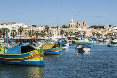 马耳他的Marsaxlokk港口在集市日 库存照片