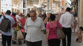 马耳他首都瓦莱塔市中心,步行街道- 2016年7月:许多购物在老的游人和当地人民 股票视频