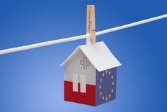 马耳他,马尔他和欧盟在纸房子下垂 免版税库存照片