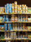 11 08 2017年 马耳他, Valyou超级市场,奶粉不同的tipes在架子挤奶 库存照片