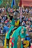 马背中世纪的骑士 图库摄影