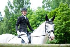 马背准备对竞争的年轻十几岁的女孩骑马 免版税库存图片