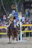 马背射击的骑士 免版税库存照片