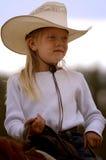 马背1个女牛仔一点 免版税库存图片