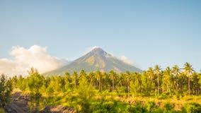 马荣火山在莱加斯皮,菲律宾 马荣火山是一座活火山和上升从岸的2462米  免版税库存照片