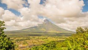 马荣火山在莱加斯皮,菲律宾 马荣火山是一座活火山和上升从岸的2462米  库存图片