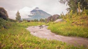 马荣火山的山麓小丘有流动的山河的在莱加斯皮市附近在菲律宾 马荣火山是活跃 库存照片