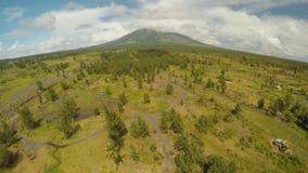 马荣火山的脚有流动的山河的在莱加斯皮市附近在菲律宾 鸟瞰图马荣火山 股票视频