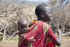 马萨伊部落的女孩和婴孩在坦桑尼亚 免版税库存图片