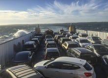 马萨葡萄园岛,马萨诸塞- 2018年10月21日-载汽车轮船横渡海洋到达海岛 库存照片