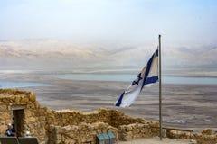 马萨达废墟和以色列旗子 库存图片