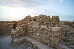 马萨达死海的废墟 在美丽的鸟云彩之上颜色及早飞行金子早晨本质宜人的平静的反映上升海运一些星期日 在马萨达drevneevreyskoe堡垒的日出  一主要历史 库存照片