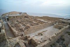 马萨达死海的废墟 在美丽的鸟云彩之上颜色及早飞行金子早晨本质宜人的平静的反映上升海运一些星期日 在马萨达drevneevreyskoe堡垒的日出  一主要历史 库存图片