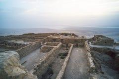 马萨达死海的废墟 在美丽的鸟云彩之上颜色及早飞行金子早晨本质宜人的平静的反映上升海运一些星期日 在马萨达drevneevreyskoe堡垒的日出  一主要历史 免版税库存照片