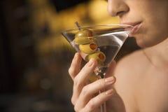 马蒂尼鸡尾酒啜饮的妇女 免版税库存照片
