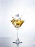 马蒂尼鸡尾酒或鸡尾酒与飞溅 免版税库存照片
