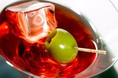 马蒂尼鸡尾酒玻璃用橄榄和冰块 库存图片