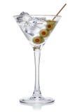 马蒂尼鸡尾酒用橄榄和冰块。 免版税库存图片