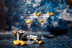 马蒂尼鸡尾酒用橄榄装饰 用大杯喝的饮料酒客鸡尾酒 库存照片