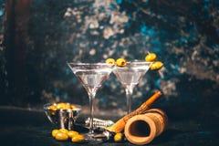 马蒂尼鸡尾酒,干燥鸡尾酒 经典马蒂尼鸡尾酒用橄榄服务了在餐馆或俱乐部的寒冷 在地方酒吧的酒精鸡尾酒 库存图片