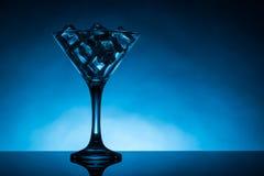 马蒂尼鸡尾酒玻璃充满冰块 库存图片