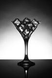 马蒂尼鸡尾酒玻璃充满冰块 库存照片