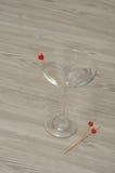 马蒂尼鸡尾酒玻璃用三个忠心于心脏 库存图片
