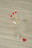 马蒂尼鸡尾酒玻璃用三个忠心于心脏 库存照片