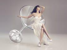 马蒂尼鸡尾酒玻璃的美妙的妇女 库存照片