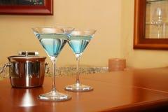 马蒂尼鸡尾酒玻璃蓝色 库存照片