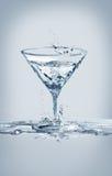 水马蒂尼鸡尾酒玻璃 库存照片
