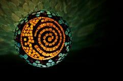 马赛克与太阳、月亮和螺旋设计的被点燃的球在横拍 库存照片