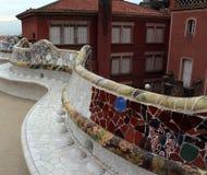 马赛克在公园Guell,巴塞罗那,西班牙弯曲了长凳 库存图片