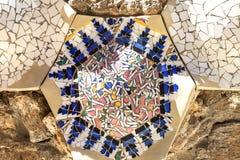 马赛克在Gaudi议院博物馆,巴塞罗那,西班牙庭院里  免版税图库摄影