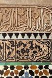 马赛克在Medersa本・ Youssef的墙壁装饰 库存图片