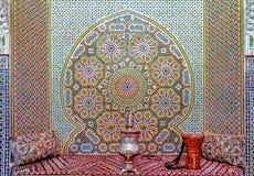 马赛克墙壁和长沙发在摩洛哥riad在Fes 库存图片