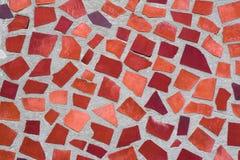 马赛克墙壁装饰装饰品纹理从陶瓷打破的瓦片的在橙色颜色,象Gaudi 库存照片