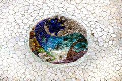 马赛克的元素在公园Guell分割Gaudi ` s马赛克工作在冬天在市巴塞罗那 图库摄影