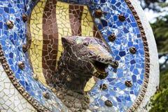 马赛克的元素在公园Guell分割Gaudi ` s马赛克工作在冬天在市巴塞罗那 库存图片