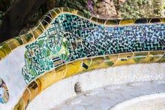 马赛克的元素在公园Guell分割Gaudi ` s马赛克工作在冬天在市巴塞罗那 免版税库存图片