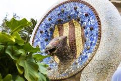 马赛克的元素在公园Guell分割Gaudi ` s马赛克工作在冬天在市巴塞罗那 免版税库存照片