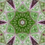 马赛克绿色几何样式,中世纪五彩玻璃上升了与小的白花 免版税图库摄影