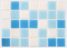 马赛克蓝色和白色瓦片背景  免版税库存照片
