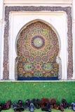 马赛克适当位置在前景的一个清真寺顺从了鞋子, 库存照片