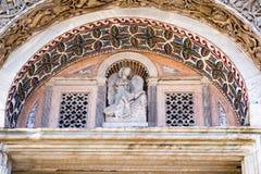 马赛克&雕塑在圣马克` s大教堂外部在威尼斯,意大利 免版税库存图片