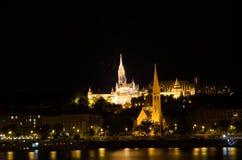 马赛厄斯教会和渔夫的本营在晚上在布达佩斯 库存图片