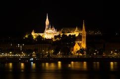 马赛厄斯教会和渔夫的本营在晚上在布达佩斯 免版税库存照片